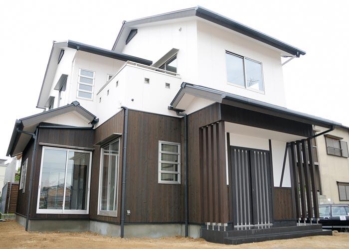黒と白のモノトーンで統一、モダンな古民家スタイルの家